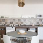 cucina bilocale con balcone