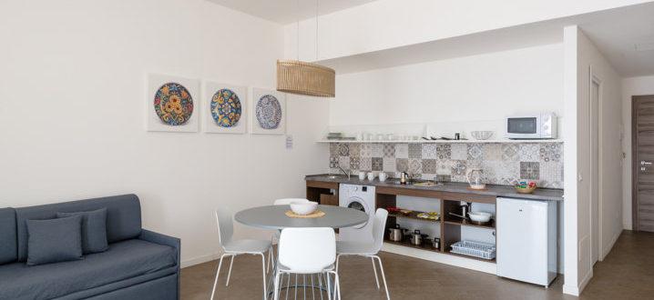 soggiorno e cucina bilocale con balcone