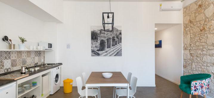 cucina e soggiorno trilocale con balcone