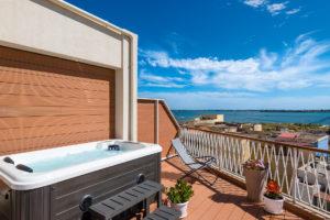 Jacuzzi in veranda esterna con vista mare